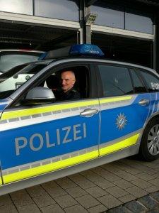 Hasenmüller in einem Polizeiauto