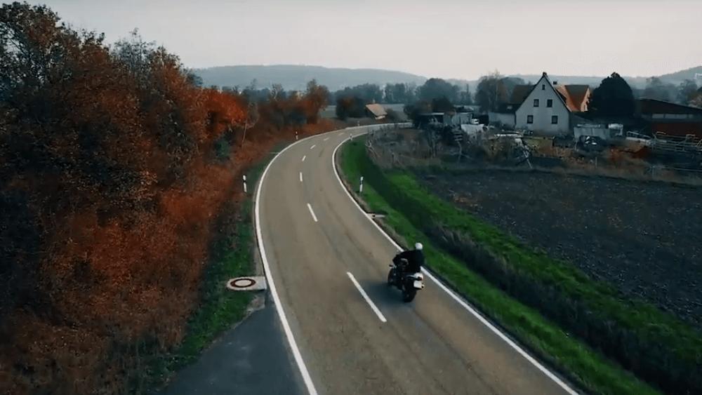 Motorradfahrer auf Landstraße
