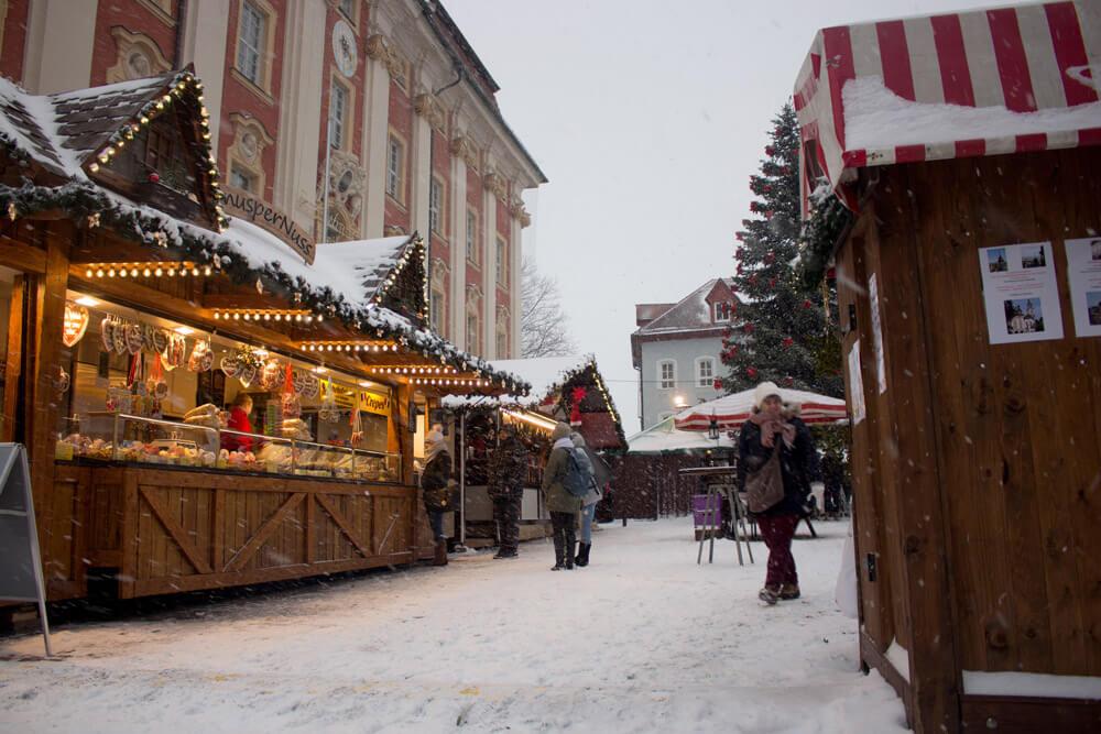Weihnachtsmarkt Bad Windsheim Schnee und Buden