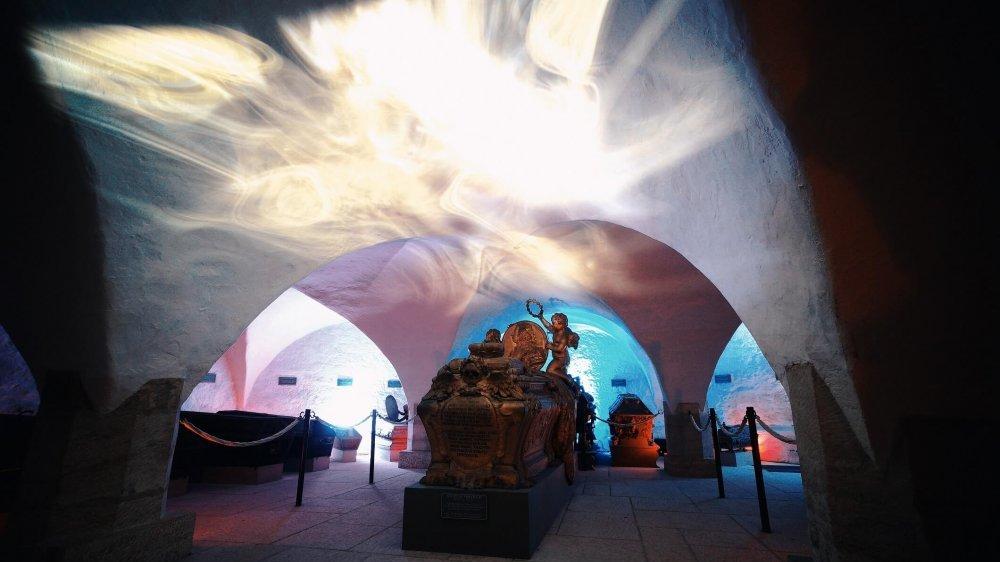 Foto der Krypta unter der Ansbacher Gumbertuskirche, mit Licht- und Soundinstallationen