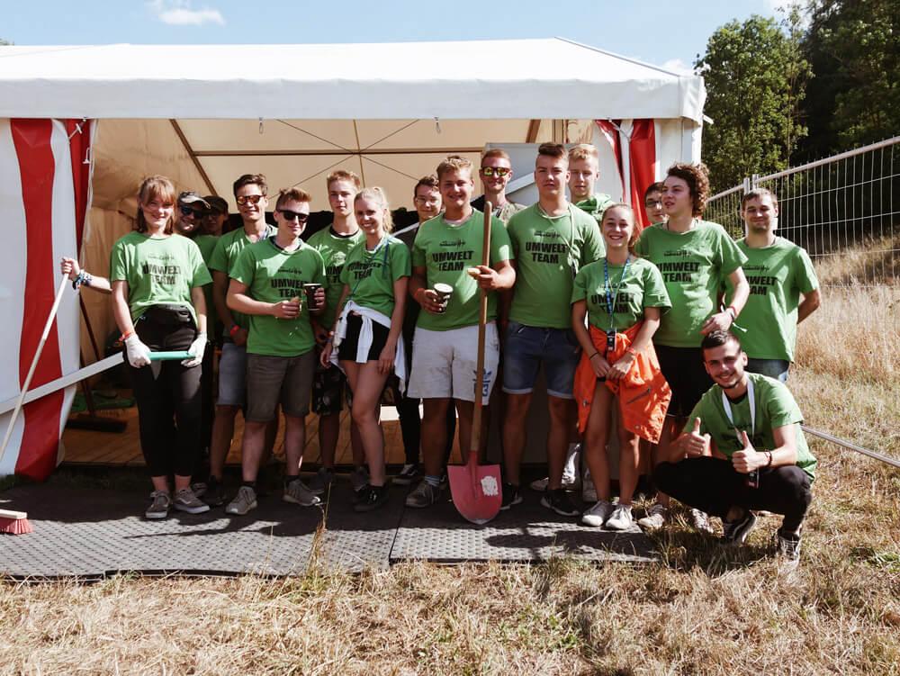 Motiviert und ausgerüstet. Das Umwelt-Team versammelt sich am Samstagnachmittag zu ihrer zweiten Schicht vor dem Festival-Gelände.