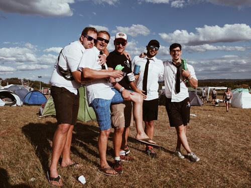 Stefan (27), Mirko (45), Lukas (27), Tobias (27) und Maximi-lian (28) genießen die Ruhe und Ordnung auf den Green Camps