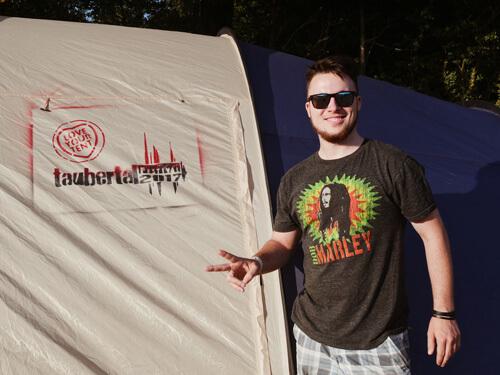Jannik (22) nimmt die Green Camping Regeln ernst
