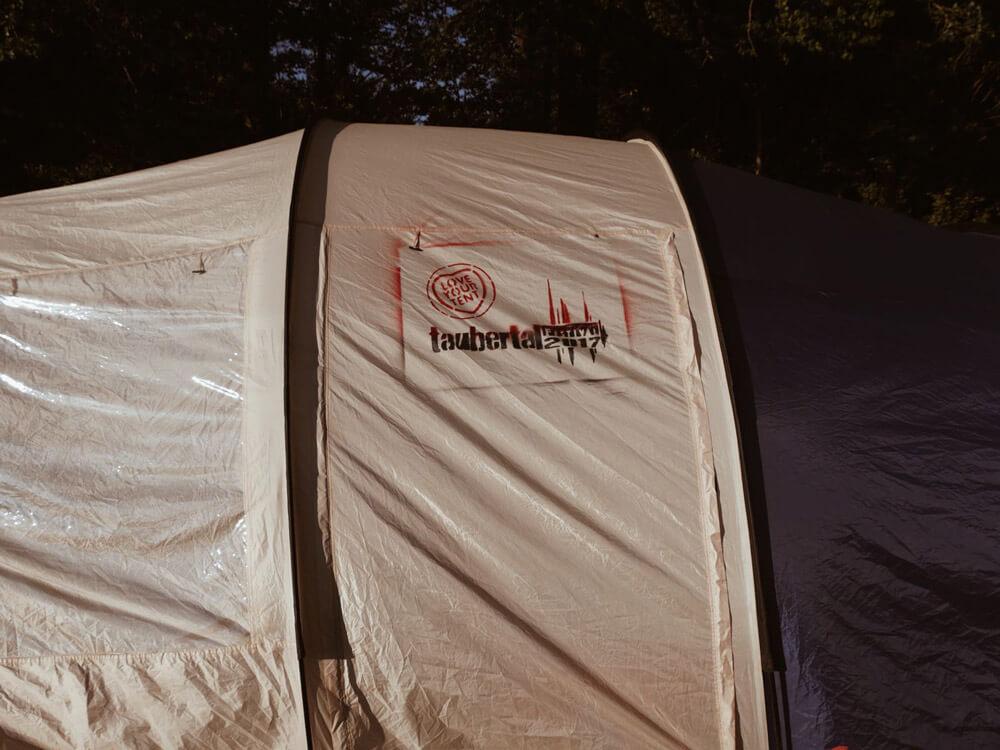 2017 ausgezeichnet, 2018 wieder am Start: auch hier waren die LOVE YOUR TENT-Sprayer aktiv und schmückten dieses Zelt mit dem Festival-Logo.