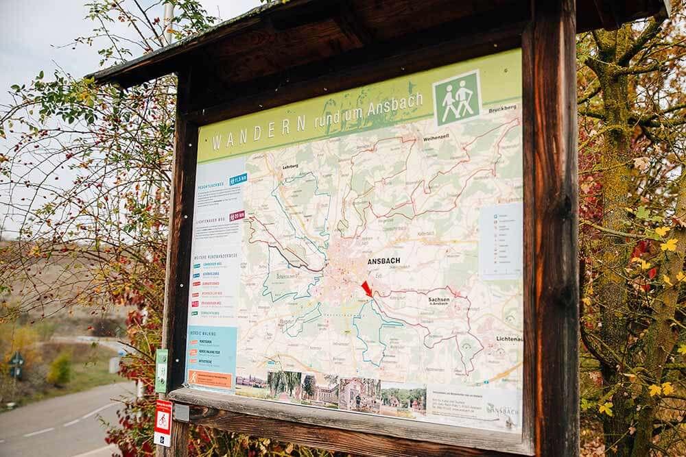 Die Karte zu Beginn des Rundwegs gibt eine kleine Orientierungshilfe. Neben dem Feuchtlachweg startet am Parkplatz Ziegelhütte auch der Lichtenauer Weg.