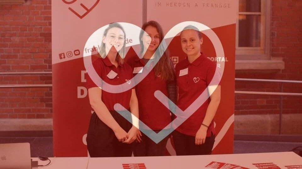 Von Links: Luisa Filip, Franziska Roos und Marie Wetzel vor dem FrankenSein Banner.