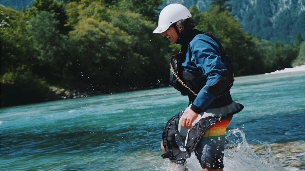 Holger Heuber läuft mit Kayak-Montur durch den Fluss