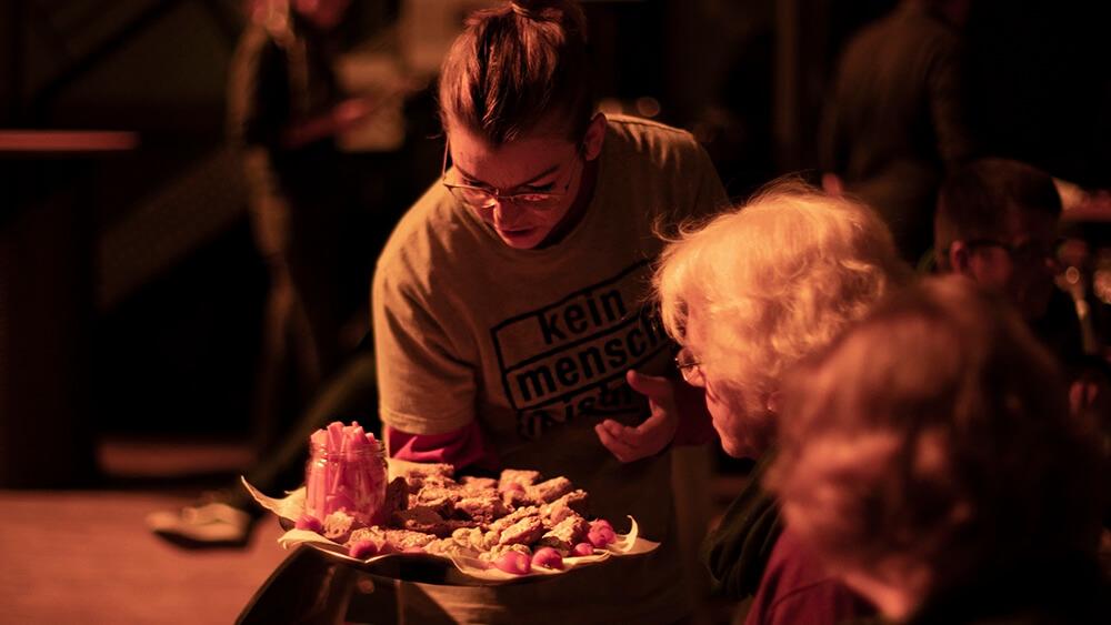 Andreas Greul verteilt gerettetes Essen am Veranstaltungsabend