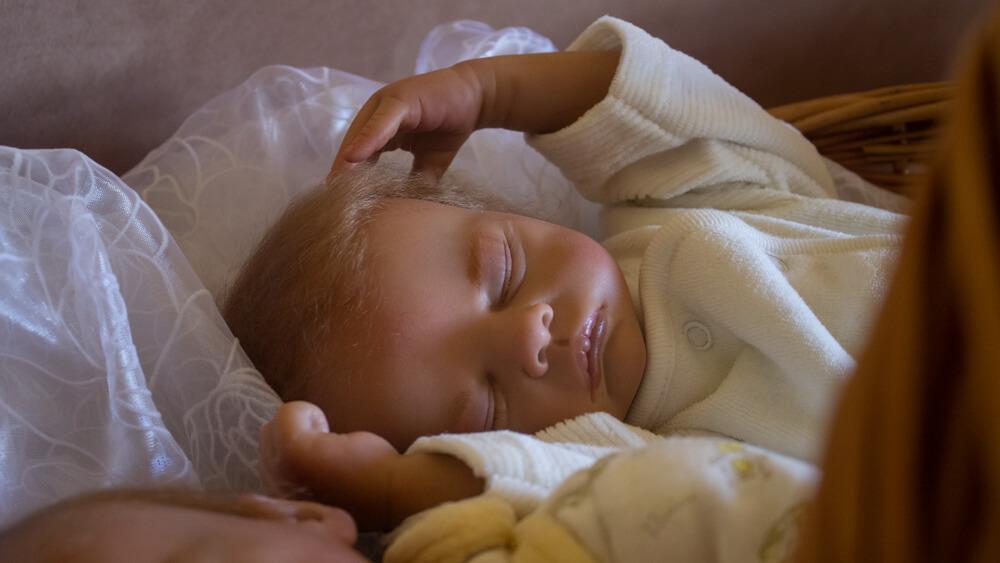 Eine schlafende Baby-Puppe, die täuschend echt aussieht.