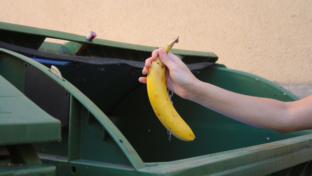 Banane wird in den Müll geworfen