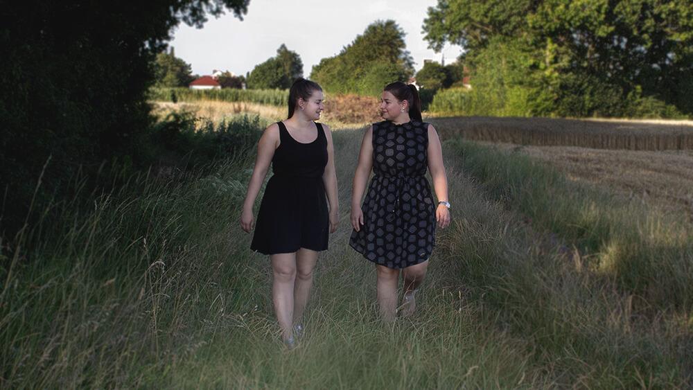DIe Zwillinge auf einer Wiese