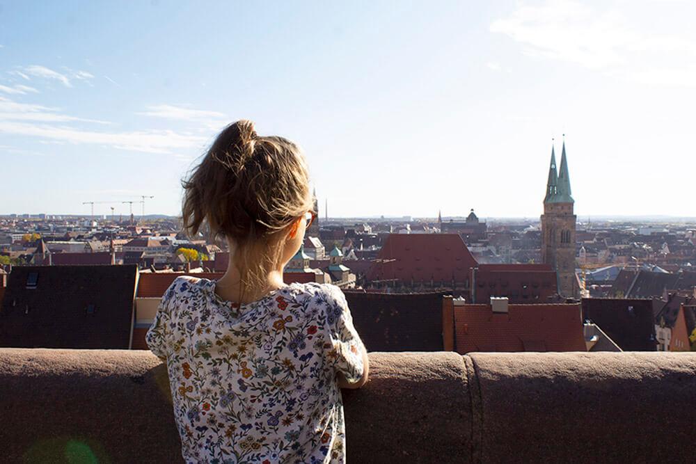 Marlene Eschenbeck blickt von der Burg auf die Nürnberger Altstadt.
