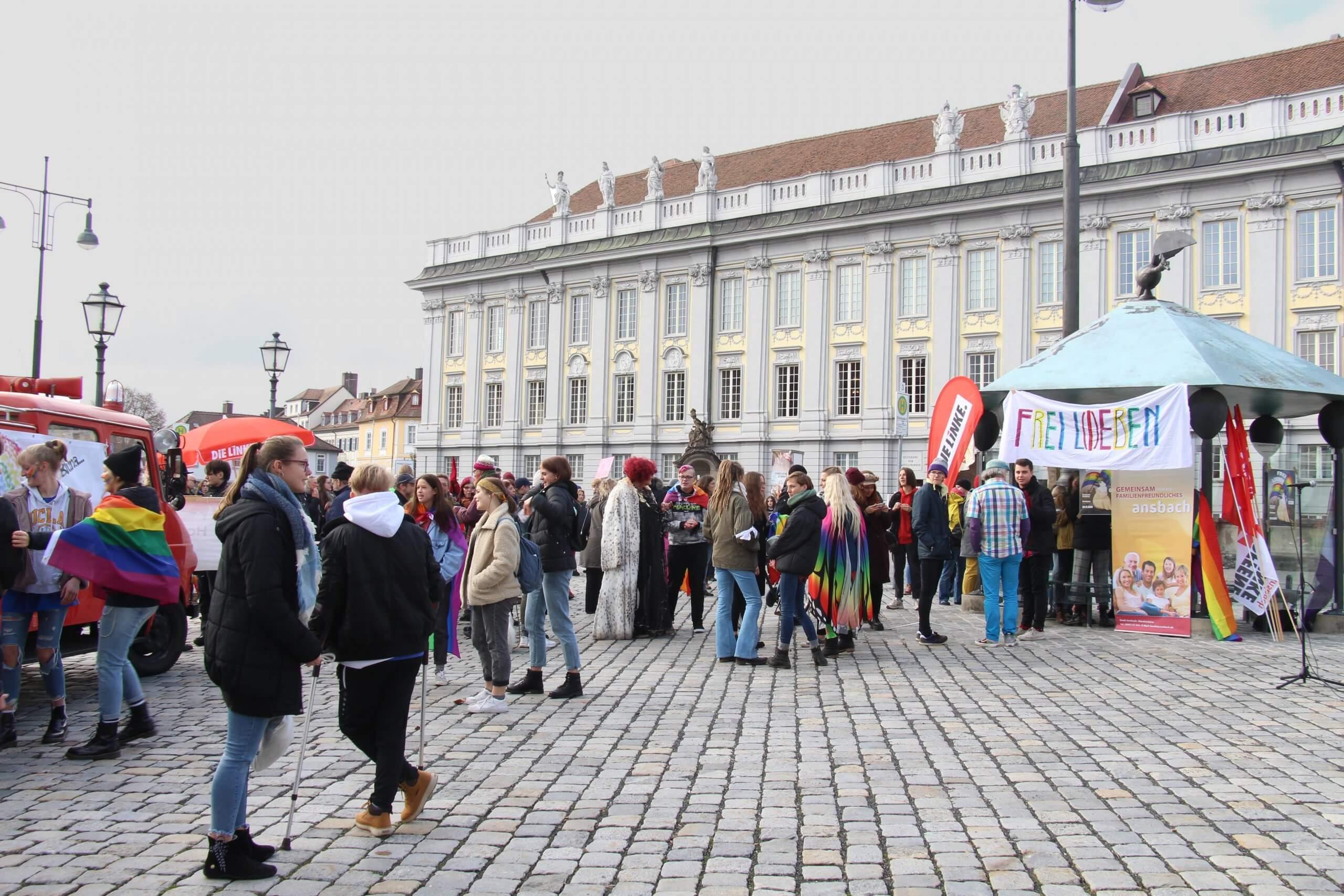 Die feiernden Menschen auf dem Ansbacher Schlossplatz
