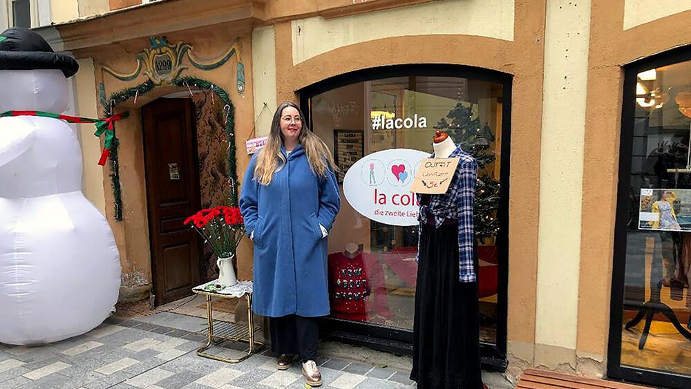 Ein Foto von Brini Rodehau vor ihrem Laden