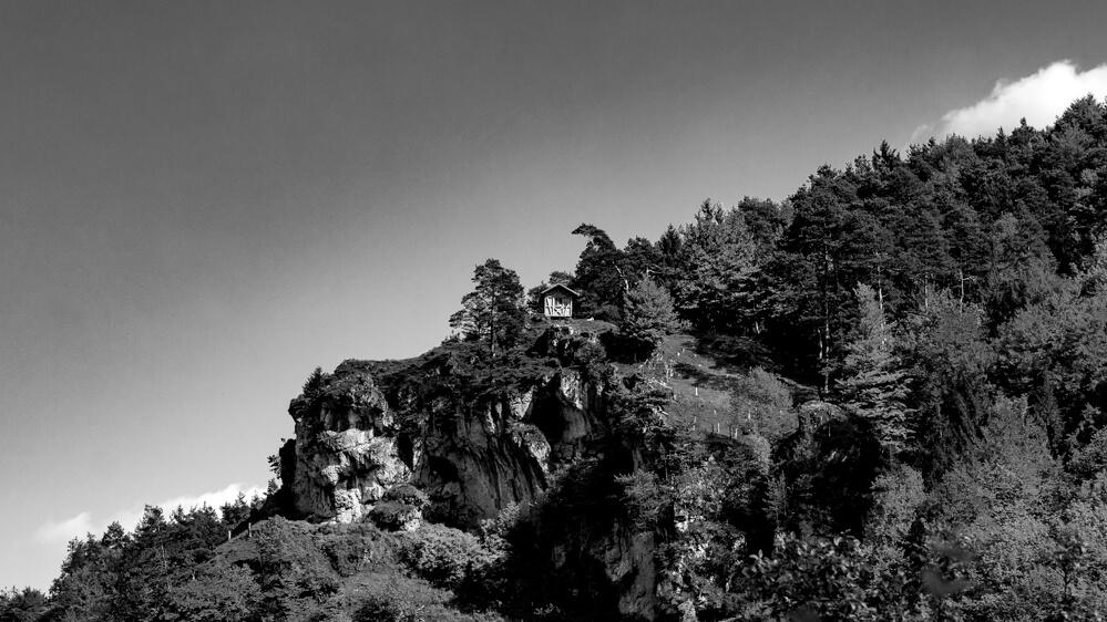 Eine Hütte auf einem Felsmassiv in der Fränkischen Schweiz