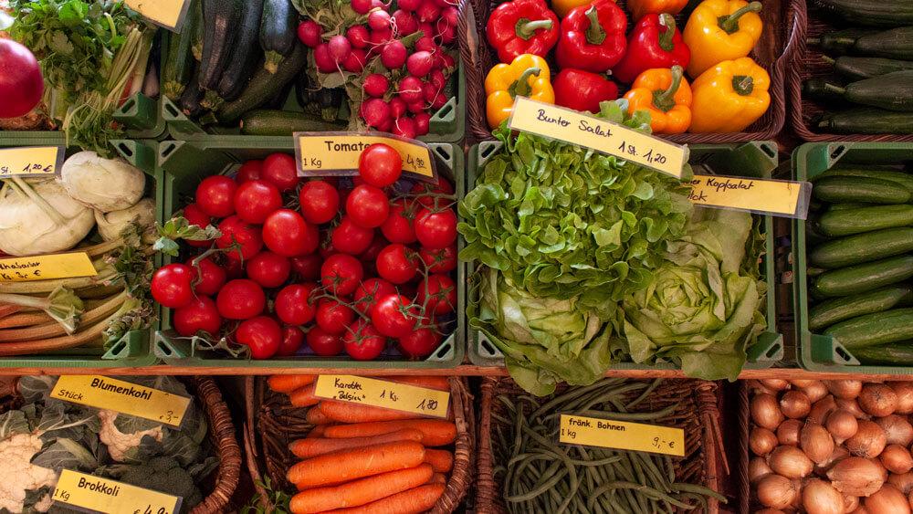 Beitragsbild mit buntem Gemüse aus der Direktvermarktung.