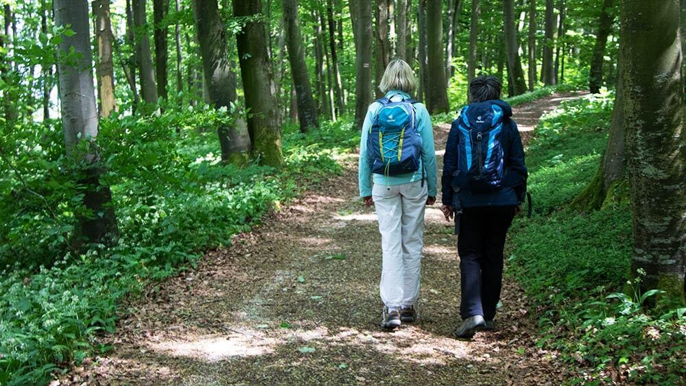 Zwei Wanderinnen auf dem Weg zu den Sieben Quellen.