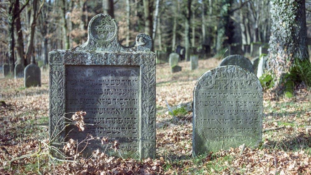 Zwei Grabstein auf dem jüdischen Friedhof in Bechhofen.