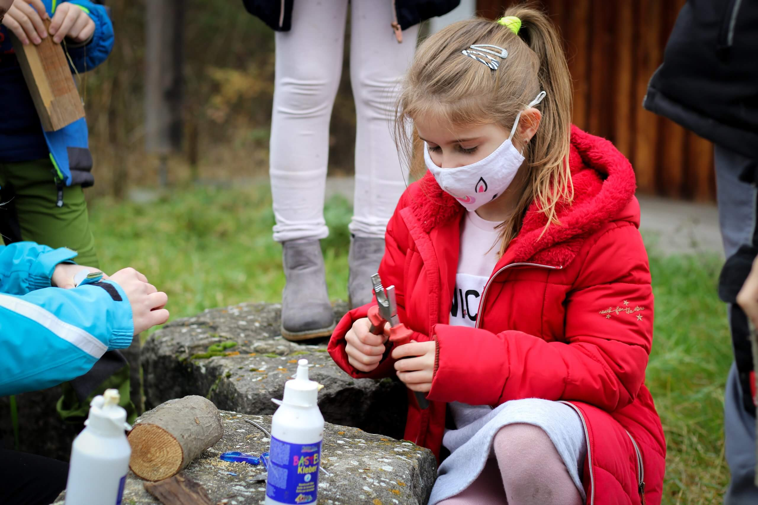 Kindern beim basteln an der Lias-Grube.